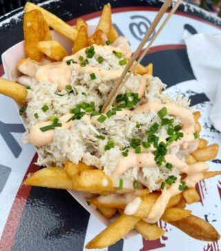 Crab on fries? Now that's pretty clawesome 🦀😉  Crab Poutine from @angry_archies 📸 by @yourgirlscaneat   Book Angry Archies food truck to cater your private event through our website!
